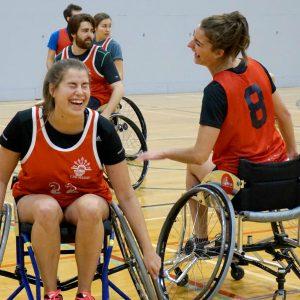 Personnes jouant au basketball en fauteuil roulant