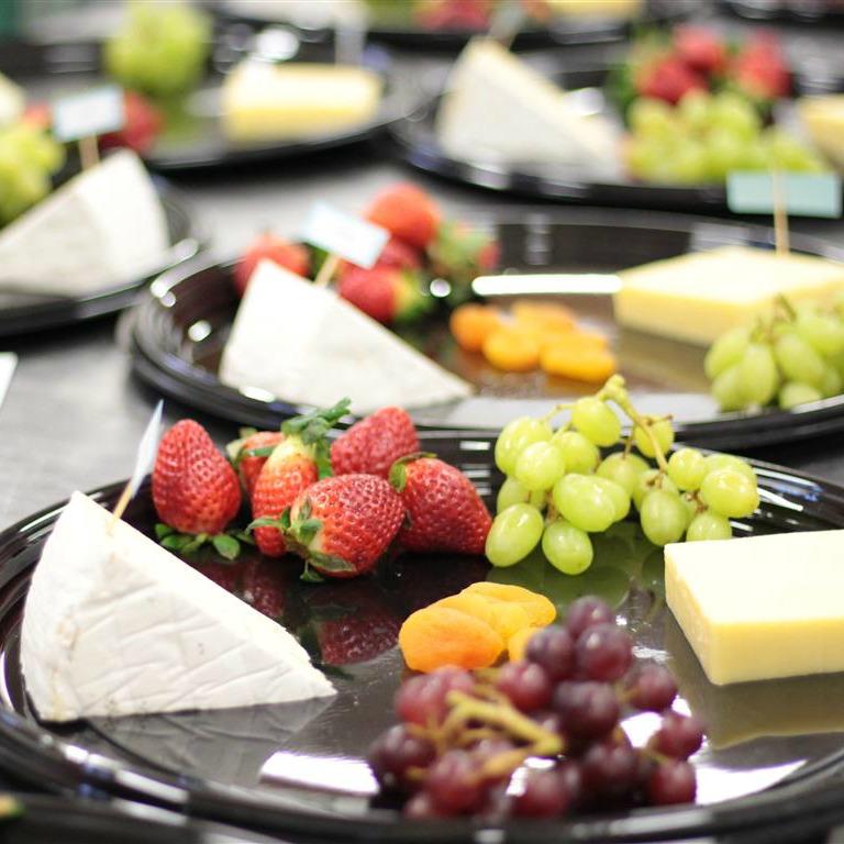 Plat de fromage et de fruits