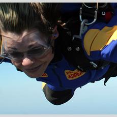 Personne faisant du saut en parachute