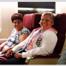 Femmes assises dans un fauteuil