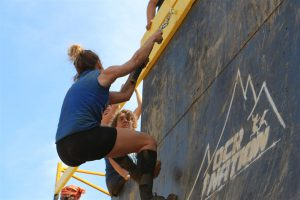 Une fille traversant le mur d'obstacles