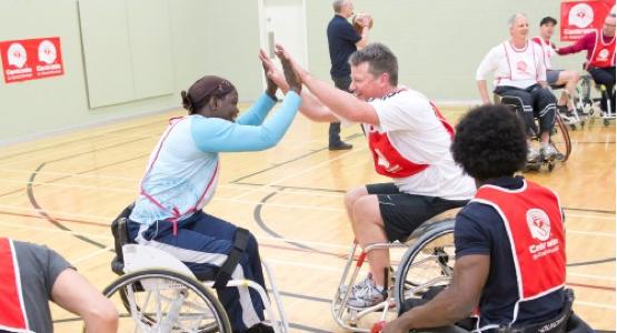 Personnes jouant au basket-ball en fauteuil roulant