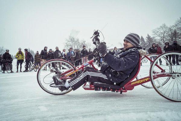 Jeune homme faisant du vélo sur glace