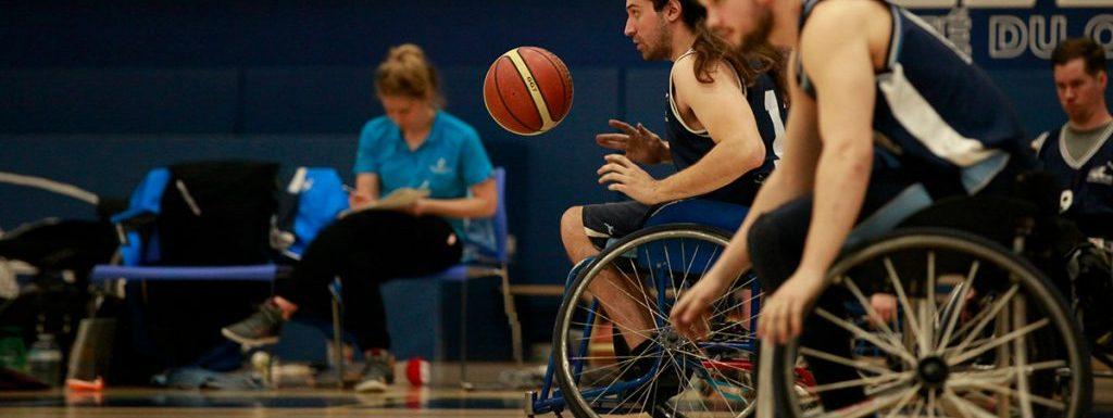 Personnes jouant au basketball en fauteuil roulant.