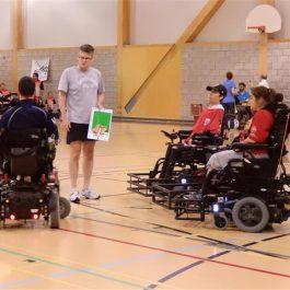 Entraineur donnant des instructions à une équipe de powerchair soccer